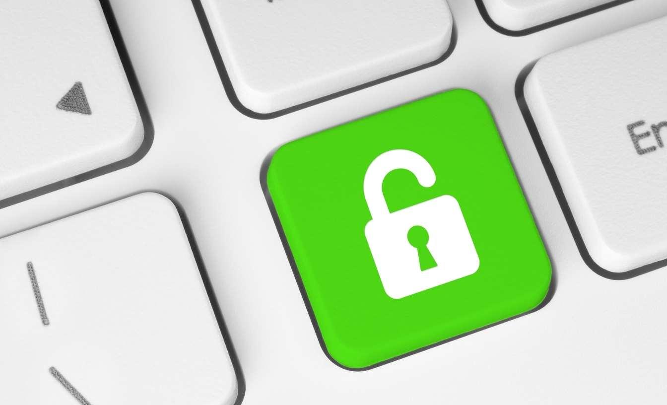 Un symbole de verrou ouvert sur une touche de clavier verte - pour un accès ouvert.